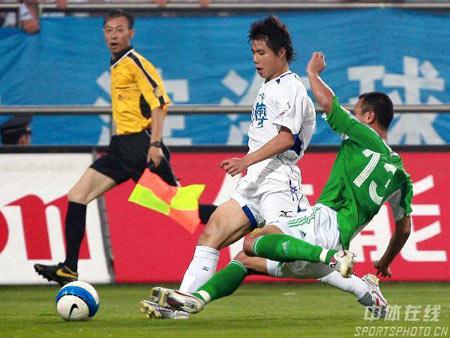 图文:中超联赛21轮天津0-0北京 徐云龙铲球