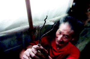 七旬父母被儿子剪断电10天 自制煤油灯照明(图)