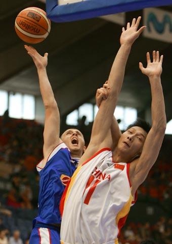 图文:四国赛中国男篮负塞黑 易建联争抢篮板