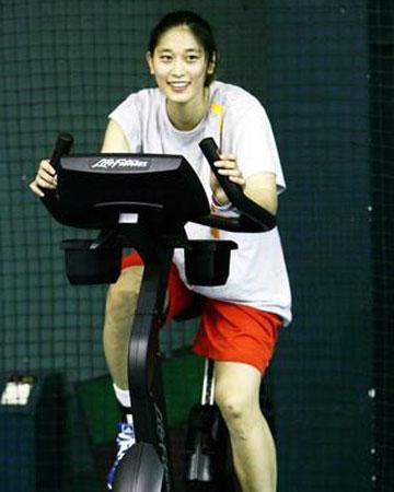 图文:女篮公开训练课 隋菲菲恢复训练