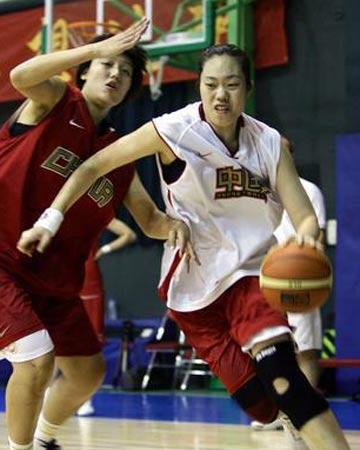 图文:女篮公开训练课 进行实战对抗训练