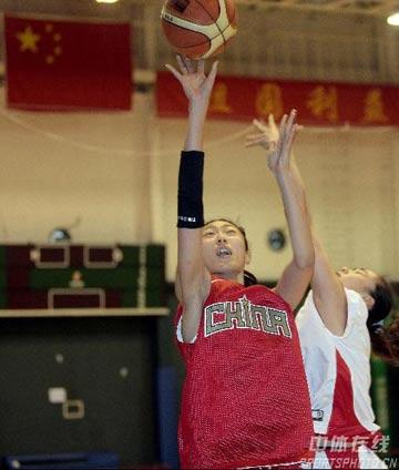 图文:女篮公开训练课 任蕾在比赛中上篮