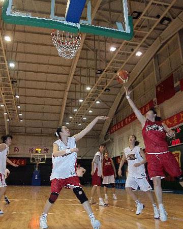 图文:女篮公开训练课 轻松上篮