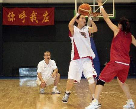 图文:女篮公开训练课 马赫紧盯队员训练