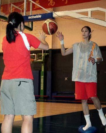 图文:女篮公开训练课 隋菲菲有球练习