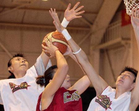 图文:女篮公开训练课 篮下攻防瞬间