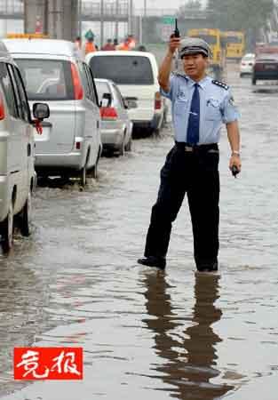 北京启动雨天交通疏导方案 南六环封闭4个小时