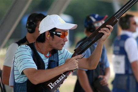 图文:男子飞碟双多向 中国选手胡斌渊在比赛中