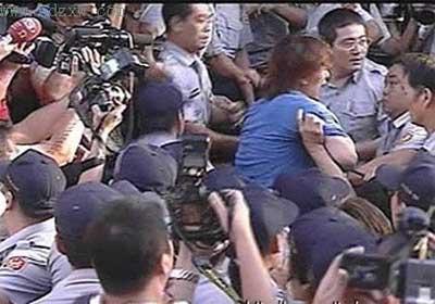 赵建铭三获交保 法警为护卫中动粗围攻记者(图)