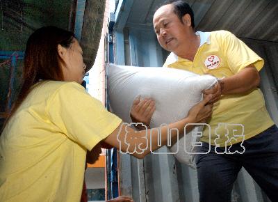 乐昌/一辆大货柜车满载我市捐助的大米药品昨抵乐昌,20多名医护志愿...