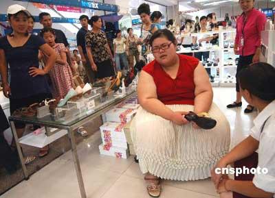 173公斤女孩被骗去五万 街头声讨减肥药(图)