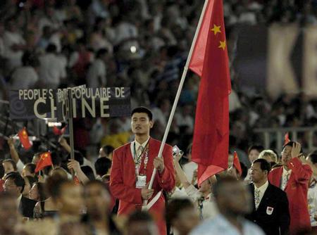图文:经典镜头回眸 雅典奥运中国队旗手姚明