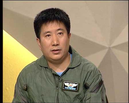 """中国战斗机试飞员何斌斌谈""""枭龙""""04号机(图)"""
