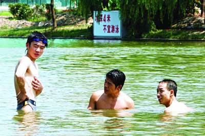 上海浦东河道禁泳令形同虚设 游泳者来此为交友