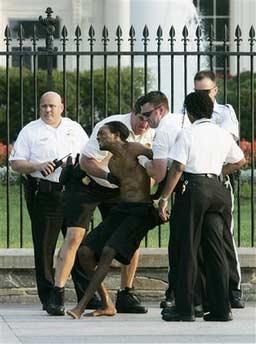 湖北一男子闯入学校_美国一赤膊男子欲闯白宫 押至警局被控非法闯入