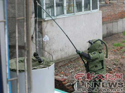 宿舍小区发现可疑炸弹 专家排爆原是捆电线(图)