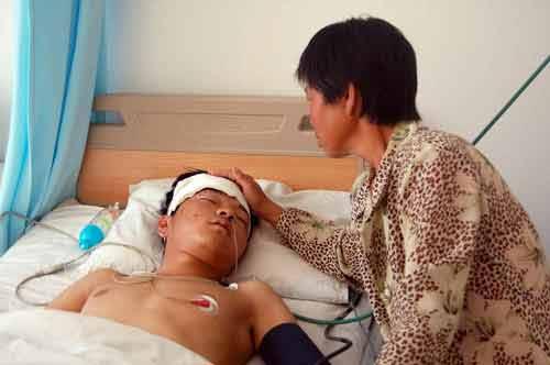 青年遇车祸左肾破裂 血型稀有百余市民献血(图)