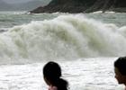 游客海边观看巨浪