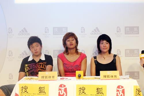 图文:中国女足三明星做客搜狐 三人静听提问