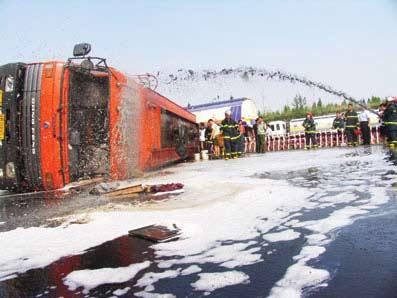 西安一油罐车司机打了个盹 20吨汽油泄路面(图)