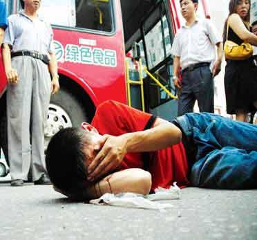 沈阳一乘客暴打公交司机 过路老人出手相助(图)