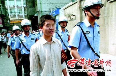 陕西蓝田高考状元在派出所打工 教民警英语(图)