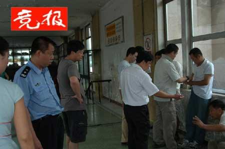 北京站地铁30余票贩被民警清理 日收入可达百元