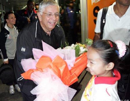 图文:梦七抵达广州 斯特恩接受小朋友的鲜花