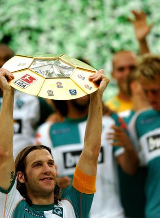 不来梅队夺得德国联赛杯 弗林斯高举奖杯