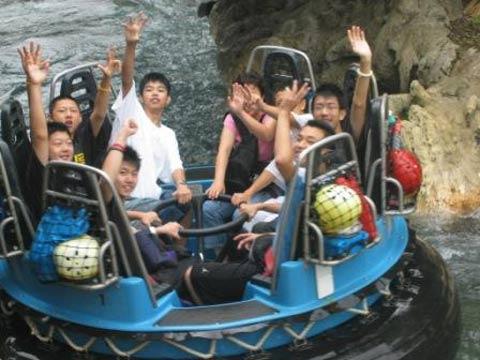 图文;张卫平与学员在美国 在水上乐园游玩