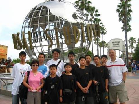 图文;张卫平与学员在美国 在环球影城前合影