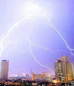 图文:河南郑州闪电纵横 天舞银蛇暴雨倾盆