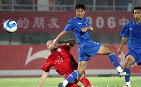 图文:中甲第16轮北京1-1青岛 维多维奇铲球