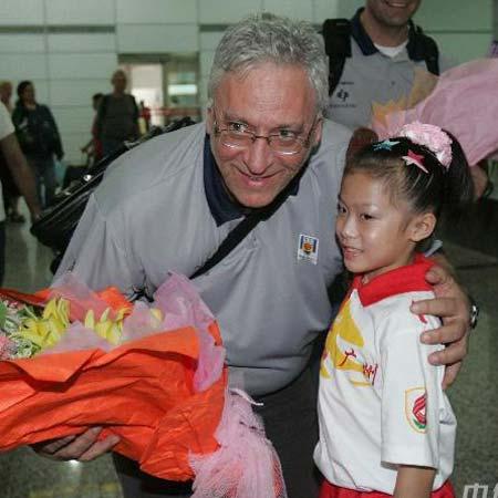图文:巴西男篮抵广州备战 主帅与小朋友合影