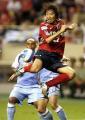 图文:上海国际足球锦标赛 雅喜用脚后跟停球