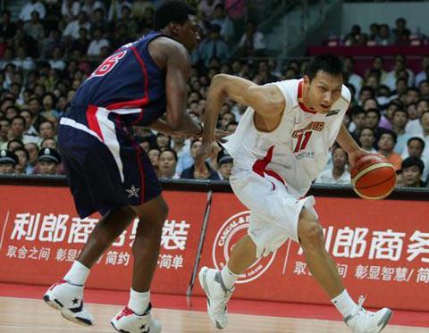 图文:中美男篮对抗赛 易建联带球急速突破