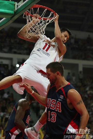 图文:中美男篮对抗赛 易建联篮下怒扣