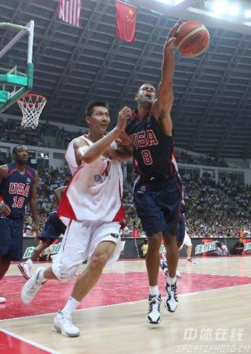 图文:中美男篮对抗赛 易建联紧逼防守