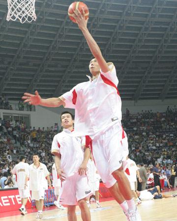 图文:中美男篮对抗赛 易建联赛前热身