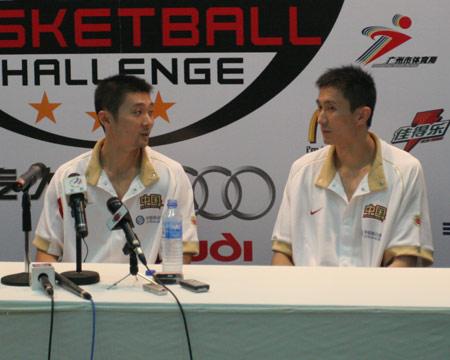 图文:中国男篮不敌梦七 刘炜杜峰在赛后发布会