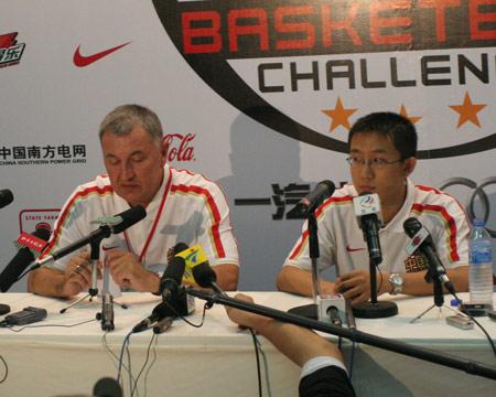 图文:中国男篮不敌梦七 尤纳斯在赛后发布会上