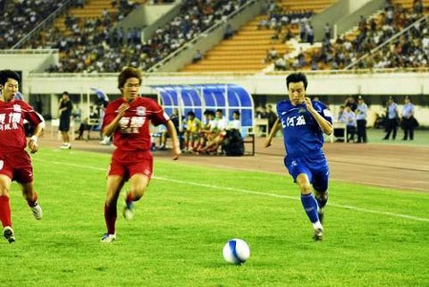图文:河南建业2-0胜上海康博 二打一也无所惧