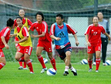 图文:中国女足在秦皇岛集训 女足姑娘分组对抗