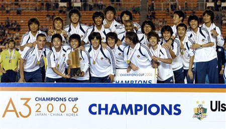 图文:蔚山现代登顶A3联赛 球员举起冠军奖杯