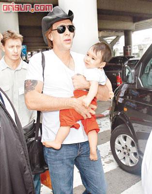 尼古拉斯凯奇偕妻抱子 飞赴泰国会杨采妮(图)