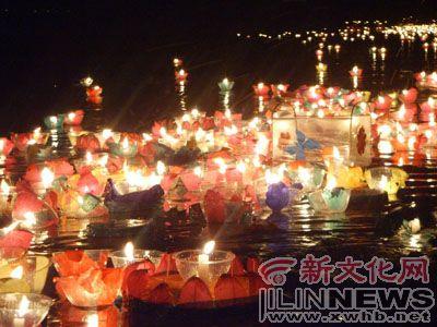 """长春百名群众过""""中元节"""" 南湖放灯祭亲人(图)"""