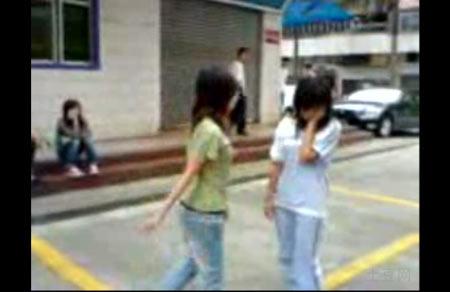 佛山网站出现两施虐视频 群众坐观女生被围殴(图)