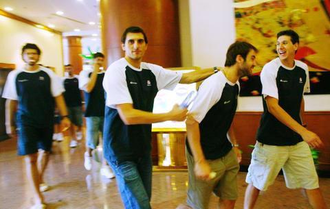 图文:希腊男篮抵达南京战斯杯 球员表情轻松
