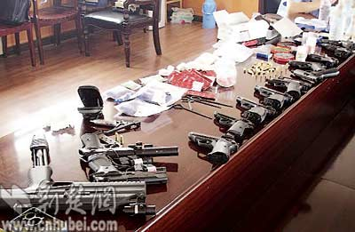 湖北荆州摧毁一武装贩毒团伙 缴获枪支13支/图