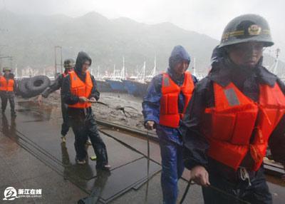 特写:渔港里最后一位少女被营救出来(图)
